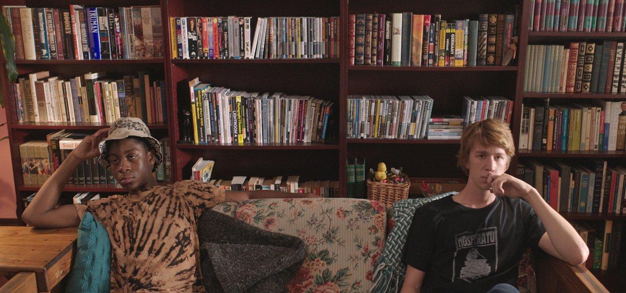 Arkadaki kitaplığa hayran kalmamak elde değil. Bu arada RJ Cyler'ın ilk filmi bu film.