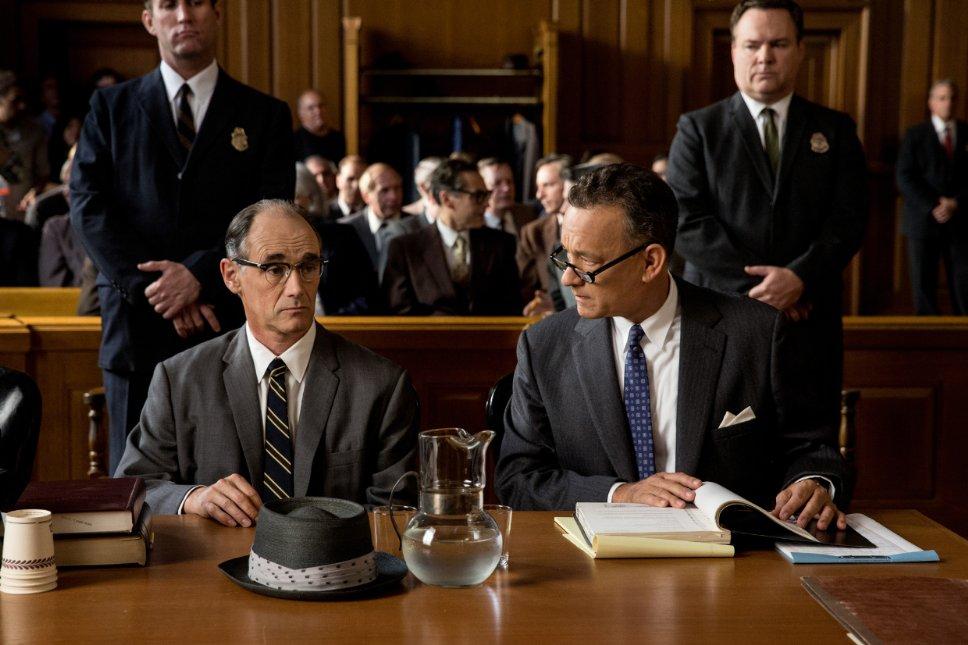 Film bir ara kendini mahkeme filmi gibi hissettirse de mahkeme sahneleri oldukça kısa.